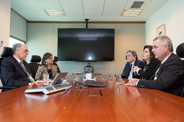 Reunião entre o presidente da Petrobras, Pedro Parente, e os senadores Simone Tebet e Waldemir Moka e o prefeito Angelo Guerreiro