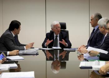 Reunião com o senador Eduardo Braga (MDB/AM) e o deputado Julio Lopes (PP/RJ) discutiu em 18 de abril a MP 814. Foto: Beth Santos/MME