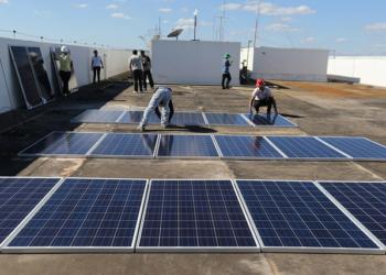 Instalação de painéis fotovoltaicos no prédio do MME - Foto: Francisco Stuckert/MME