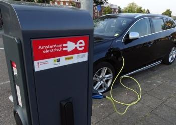 Carro elétrico é abastecido em Amsterdam: tecnologia cresce no mundo Nelson Oliveira/Agência Senado