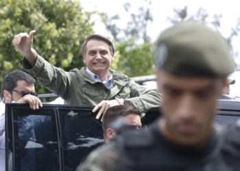 Acompanhado de agentes da PF e da mulher, Bolsonaro vota no Rio. Foto: Tânia Regô/Agência Brasil
