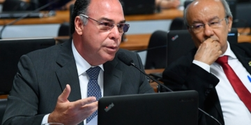 Senador Fernando Bezerra lê relatório favorável ao PLS 232/2016 na CCJ do Senado / Foto: Senado Federal