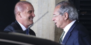 O ministro extraordinário da transição, Onyx Lorenzoni, e o futuro ministro da economia, Paulo Guedes, chegam ao gabinete do governo de transição no Centro Cultural Banco do Brasil (CCBB), em Brasília.