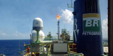 Navio-plataforma Cidade de Angra dos Reis, primeiro sistema definitivo de produção instalado na Bacia de Santos para explorar a camada pré-sal de petróleo e gás natural do campo Lula (ex-Tupi).  Foto: Divulgação/Petrobrás (outubro 2010)
