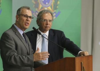 Os ministros de Minas e Energia, Bento Albuquerque, e da Economia, Paulo Guedes, durante entrevista coletiva no Palácio do Planalto.