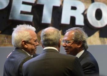 O novo presidente da Petrobras, Roberto Castello Branco, e o ministro da Economia, Paulo Guedes, durante posse.