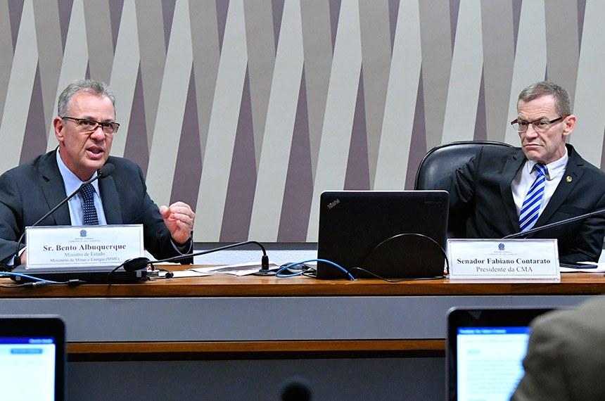 Ministro Bento Albuquerque ao lado do senador Fabiano Contarato, presidente da CMA (Geraldo Magela/Agência Senado)