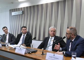 """Comissão de Serviços de Infraestrutura (CI) realiza audiência pública interativa para instruir o PLS 232/2016, que """"dispõe sobre o modelo comercial do setor elétrico, a portabilidade da conta de luz e as concessões de geração de energia elétrica"""", com a participação do diretor da Associação Brasileira de Energia Eólica (ABEEólica) e dos presidentes da Associação Brasileira de Energia Solar Fotovoltaica (Absolar) e da Associação Brasileira de Pequenas Centrais Hidrelétricas e Centrais Geradoras Hidrelétricas (ABRAPCH).rrMesa:rpresidente executivo da Associação Brasileira de Energia Solar Fotovoltaica (Absolar), Rodrigo Lopes Sauaia;rpresidente da CI, senador Marcos Rogério (DEM-RO);rpresidente da Associação Brasileira de Pequenas Centrais Hidrelétricas e Centrais Geradores Hidrelétricas (ABRAPCH), Paulo Arbex;rdiretor técnico da Associação Brasileira de Energia Eólica (ABEEólica), Sandro Yamamoto.rrFoto: Geraldo Magela/Agência Senado"""