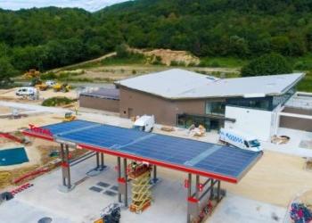 Posto de combustíveis da Total abastecido a energia solar / Foto: divulgação
