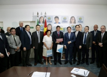 O governador do Piauí, Wellington Dias, com representantes da chinesa CGN