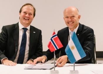 Daniel González, CEO da  YPF  e Tim Dodson, vice-presidente para Exploração da Equinor - Foto: Ole Jørgen Bratland / Equinor ASA)