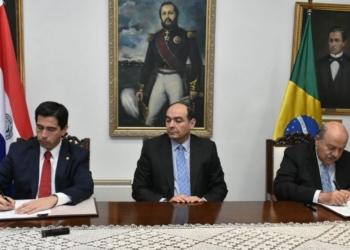 Embaixador do Brasil no Paraguai, Carlos Alberto Simas Magalhães, (à direita) assinou documento que anula nova ata sobre energia de Itaipu nesta quinta-feira (1º) — Foto: Chancelaria/ Paraguai
