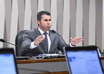 Comissão de Serviços de Infraestrutura (CI) realiza reunião com 6 itens. Entre eles, o PLC 61/2013, que propõe a construção da Estrada-Parque Caminho do Colono, ligando as cidades de Serranópolis e Capanema, passando por dentro do Parque do Iguaçu, no Paraná.rrEm pronunciamento, à mesa, presidente da CI, senador Marcos Rogério (DEM-RO).rrFoto: Jane de Araújo/Agência Senado