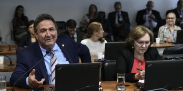 Comissão de Desenvolvimento Regional e Turismo (CDR) realiza audiência pública interativa para debater o programa de governo que trate de regularização fundiária. rrBancada: rsenador Lucas Barreto (PSD-AP); rsenadora Zenaide Maia (Pros-RN).rrFoto: Geraldo Magela/Agência Senado