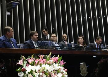 Plenário do Senado Federal durante sessão solene do Congresso Nacional destinada  à promulgação da Emenda Constitucional nº 102 de 2019.rrMesa:rsenador Rogério Carvalho Santos (PT-SE);rsegundo-secretário da Mesa do Senado, senador Eduardo Gomes (MDB-TO);rpresidente da Câmara dos Deputados, deputado Rodrigo Maia (DEM-RS);rpresidente do Senado Federal, senador Davi Alcolumbre (DEM-AP);rdeputada Soraya Santos (PL-RJ).rrFoto: Geraldo Magela/Agência Senado