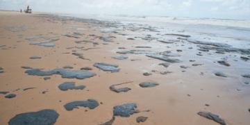 Vazamento de petróleo deixa manchas no litoral de Sergipe e de vários estados do Nordeste