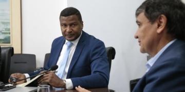 O governador do Piauí, Wellington Dais, e o representante da Enerside, Joel Barros / Foto: divulgação Governo do Estado do Piauí