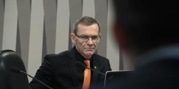 Comissão de Meio Ambiente (CMA) realiza audiência pública para discutir grilagem, regularização fundiária, desmatamento, queimada e mecanismo de fiscalização na Amazônia. rrMesa:rpresidente da CMA, senador Fabiano Contarato (Rede-ES).rrFoto: Marcos Oliveira/Agência Senado
