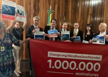 Parlamentares fizeram a entrega simbólica de petição contra leilão de poços perto de Abrolhos / Foto: divulgação Rodrigo Agostinho