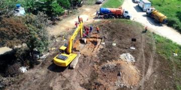 Vazamento de gasolina de um duto da Transpetro, no Parque Amapá, Duque de Caxias. De acordo com a Transpetro, o vazamento foi controlado no mesmo dia e já vem sendo feito o reparo no duto.