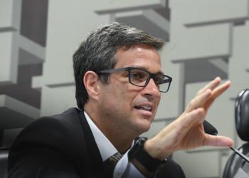 Comissão de Assuntos Econômicos (CAE) realiza audiência pública interativa para discutir as diretrizes, implementação e perspectivas futuras da política monetária. rrEm pronunciamento, presidente do Banco Central do Brasil (BC), Roberto Campos Neto.rrFoto: Marcos Oliveira/Agência Senado