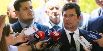 O presidente do Congresso Nacional, Davi Alcolumbre e ministro da Justiça e da Segurança Pública, Sergio Moro, falam à imprensa após reunião para discutir a prisão de condenados em segunda instância