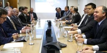 Os presidentes da Câmara, Rodrigo Maia (DEM/RJ), e do Senado, Davi Alcolumbre (DEM/AP), reunidos com a equipe do ministro da Economia, Paulo Guedes / Foto: José Cruz/Agência Brasil