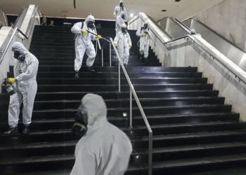 Militares desinfectam  rodoviária do Plano Piloto, em Brasília, parte de uma operação para conter a contaminação pelo novo coronavírus, no Brasil. Foto por Warley de Andrade/TV Brasil