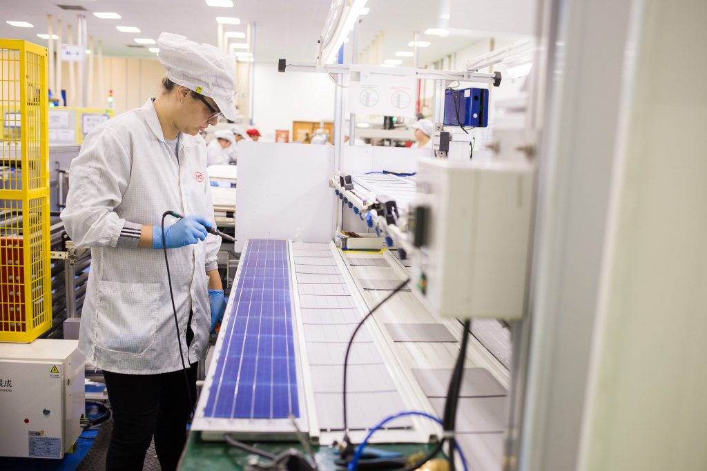 Fabricação de painéis fotovoltaicos na fábrica da BYD em Campinas, SP -- foto por BYD